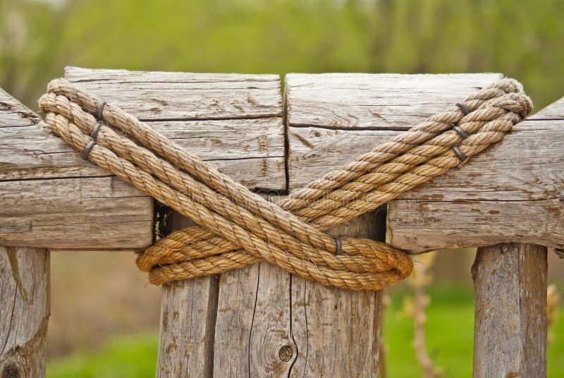 Frontière de sécurité en bois attachée par la corde image stock