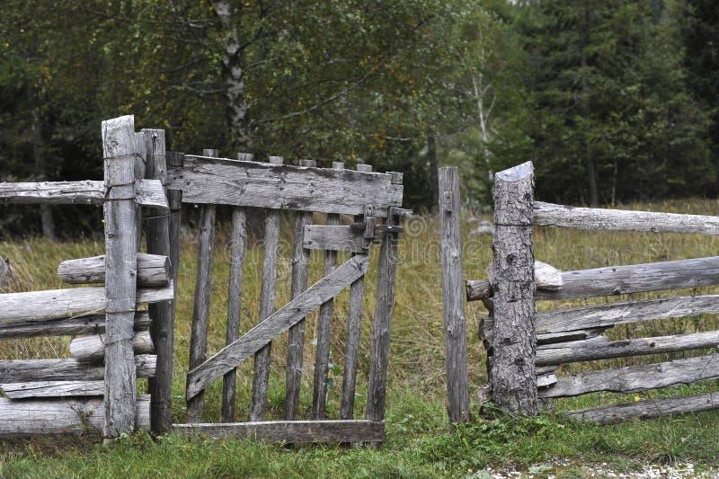Frontière de sécurité en bois pour des animaux photos libres de droits