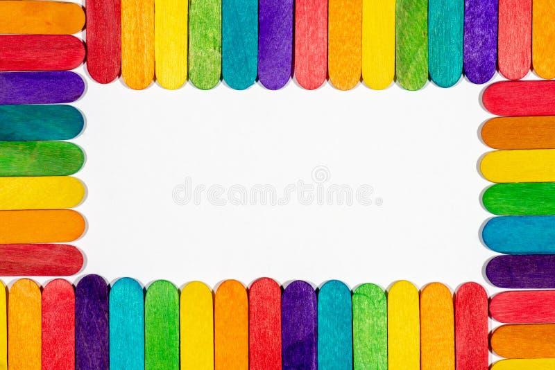 Frontière des bâtons colorés de lucette avec l'intérieur blanc vide photos stock