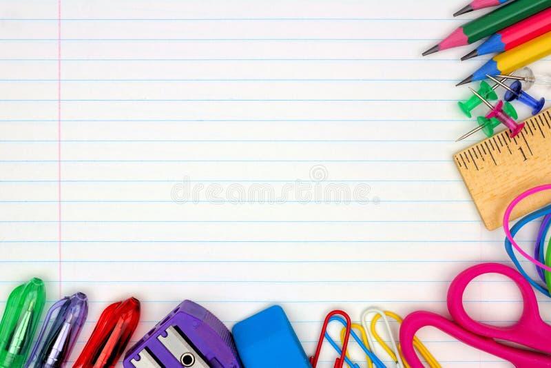 Frontière faisante le coin de fournitures scolaires sur le fond de papier rayé photo stock
