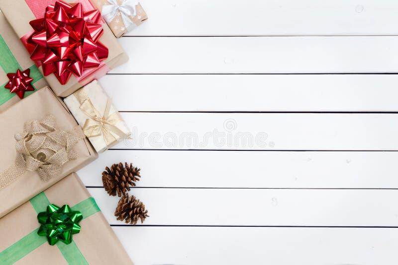 Frontière gauche orientée de boîtes de cadeaux de Noël image libre de droits