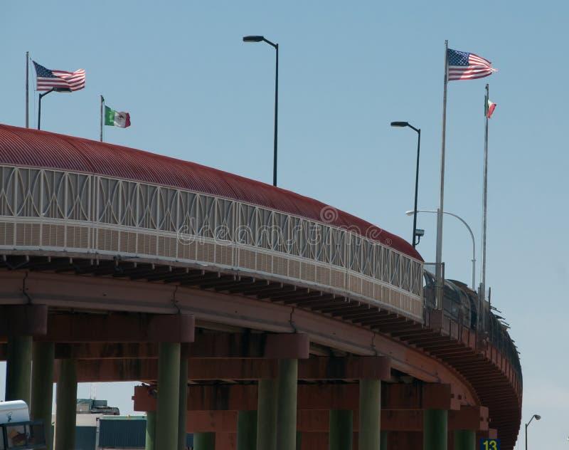Frontière internationale dans des drapeaux d'El Paso Santa Fe Bridge images libres de droits