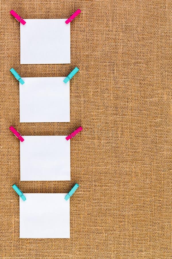 Frontière latérale d'accrocher d'une manière ordonnée les blocs-notes vides image libre de droits