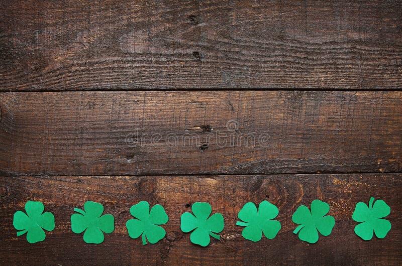 Frontière verte de papier de feuille d'oxalide petite oseille de trèfle sur le fond en bois foncé images libres de droits