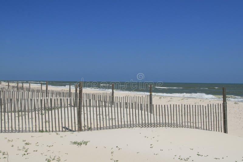 Frontières de sécurité de dune sur la plage image stock