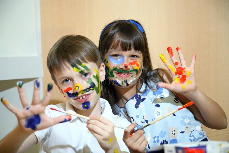 Fronti delle pitture dei bambini con i colori fotografie stock libere da diritti