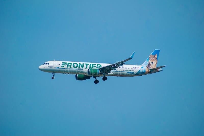 Frontier Airlines som avgår från Orlando International Airport 4 arkivfoton