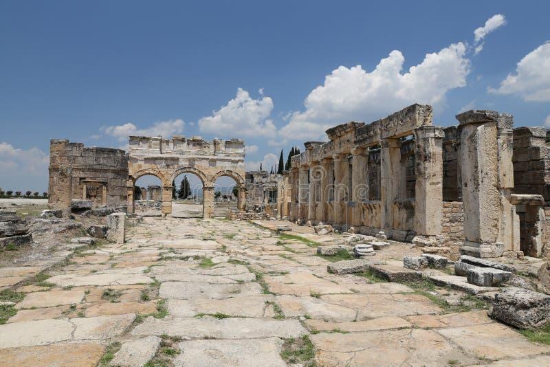 Frontinus ulica w Hierapolis Antycznym mieście i brama, Turcja zdjęcia stock