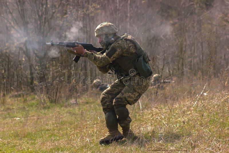 Frontlinie Militär greift auf Schlachtfeld an stockfotografie