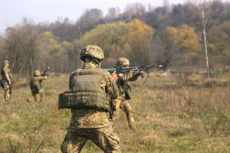 Frontlinie Militär greift auf Schlachtfeld vom Hinterhalt an lizenzfreie stockfotografie