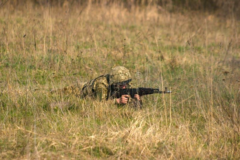 Frontlinie Militär greift auf Schlachtfeld vom Hinterhalt an stockbilder