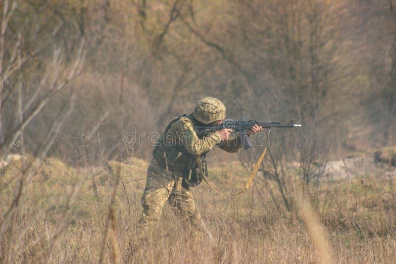 Frontlinie Militär greift auf Schlachtfeld vom Hinterhalt an stockfotos