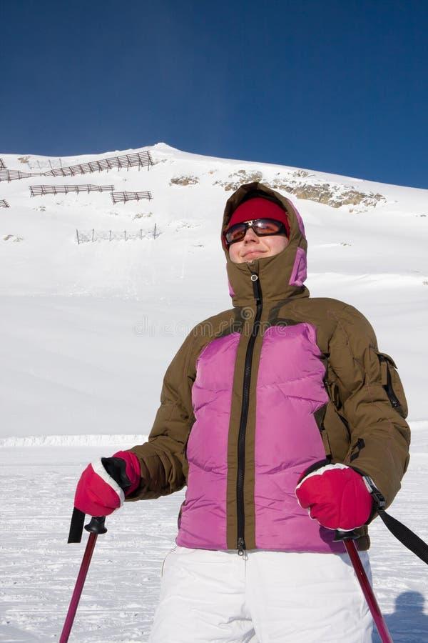 frontowa góry narty narciarki pozyci kostiumu kobieta zdjęcie royalty free