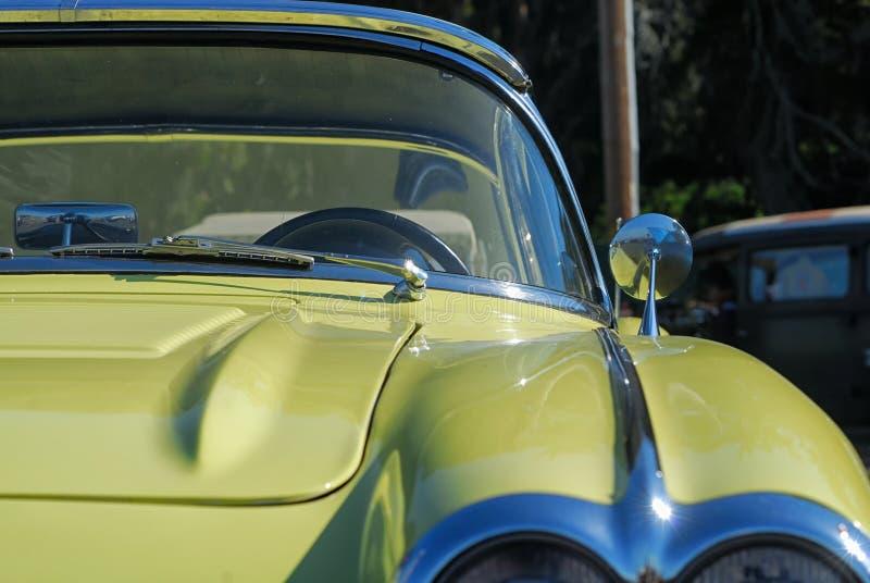Frontowa kierowcy ` s strona rocznika koloru żółtego korweta obraz royalty free