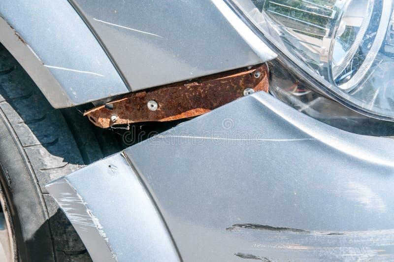 Frontowa strona łamany i uszkadzający samochodowy wrak w trzaska wypadku z porysowaną farbą up w karambolu zakończeniu obrazy stock