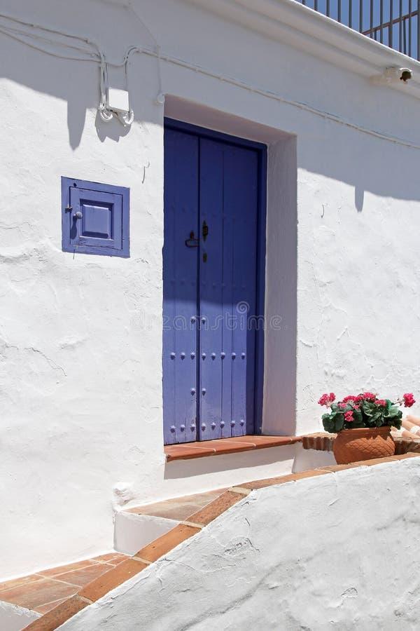 Frontowa strona hiszpański dom z błękitnym drewnianym drzwi obraz stock