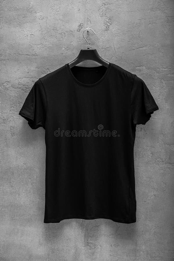 Frontowa strona męska czarna bawełniana koszulka na wieszaku fotografia royalty free