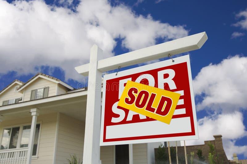 frontowego domu nowy sprzedaży znak sprzedający zdjęcia stock