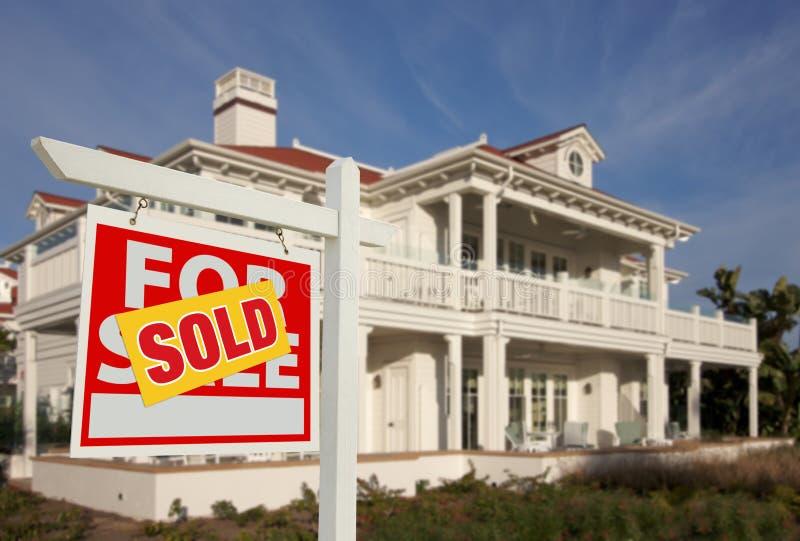 frontowego domu nowy sprzedaży znak sprzedający zdjęcia royalty free