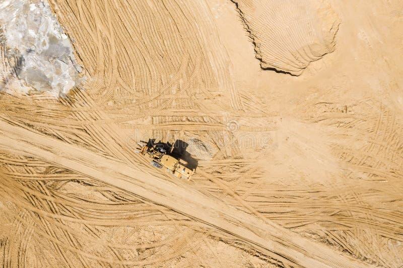 Frontowego koła ładowacz na budowa drogi miejscu widok z lotu ptaka fotografia royalty free