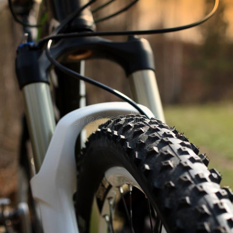 Frontowego koła Frontowy koło roweru górskiego zakończenie up zdjęcia stock