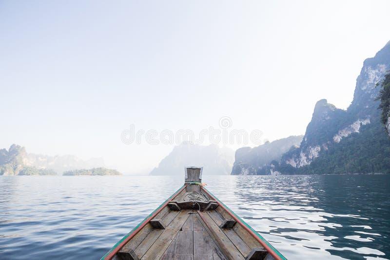 Frontowego widoku Długiego ogonu łódź przy jeziorem fotografia royalty free