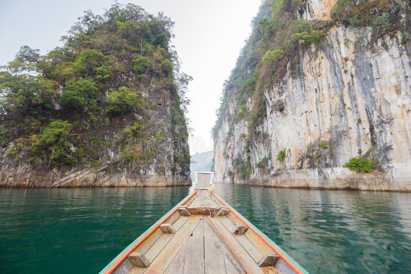 Frontowego widoku Długiego ogonu łódź przy jeziorem obrazy stock