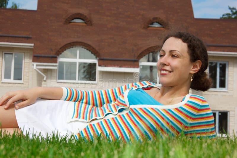 frontowej dziewczyny szczęśliwy domowy gazon nowy obrazy royalty free