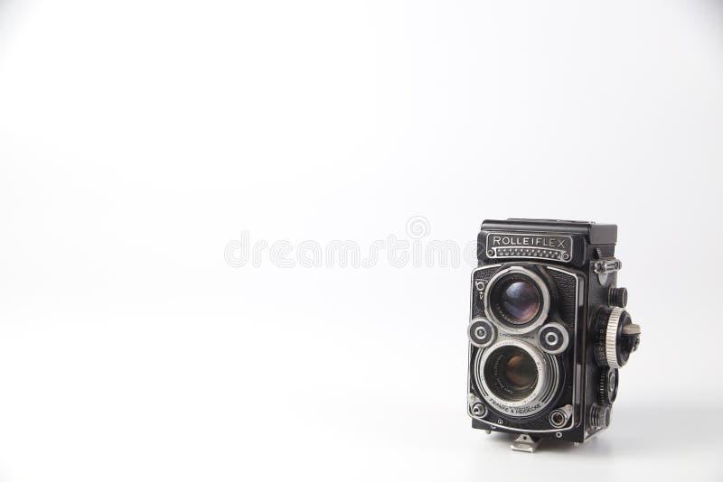 Frontowej rocznik kamery średni format używa film 120mm Na bia?y tle z ?cinku ?cie?k? S zdjęcia royalty free