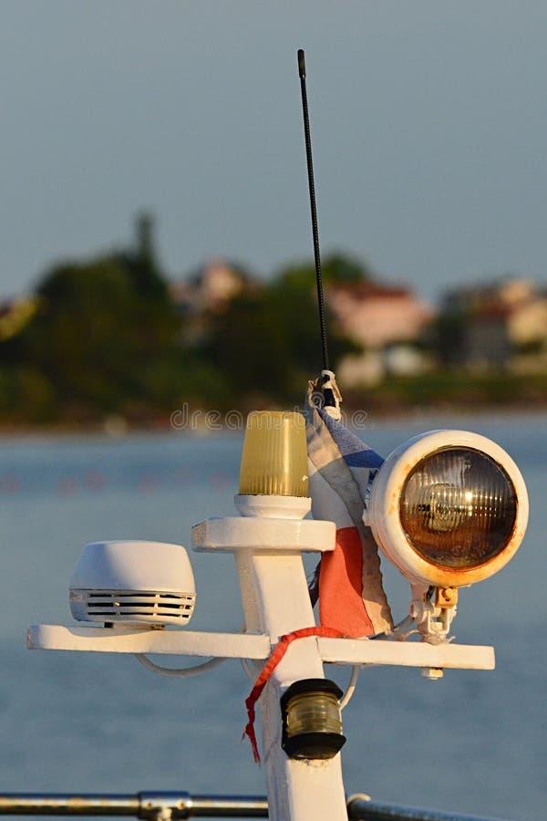 Frontowy światło, bakan i antena na nowożytnej małej władzy łodzi umieszczającej na górze swój flagpole, fotografia stock