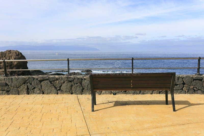 Download Frontowy ławki morze zdjęcie stock. Obraz złożonej z osamotniony - 106917822