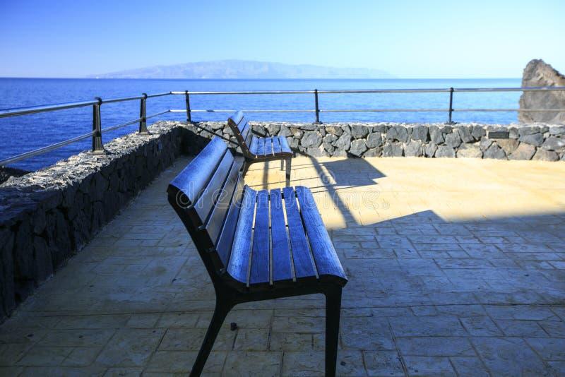 Download Frontowy ławki morze zdjęcie stock. Obraz złożonej z tło - 106918016