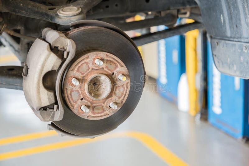Frontowy dyska hamulec na samochodzie w trakcie nowego opony zastępstwa obraz stock