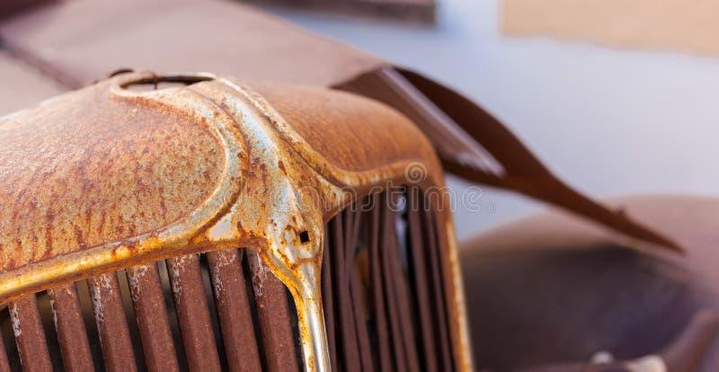 Frontowy grill stary ośniedziały motorowy samochód obrazy royalty free