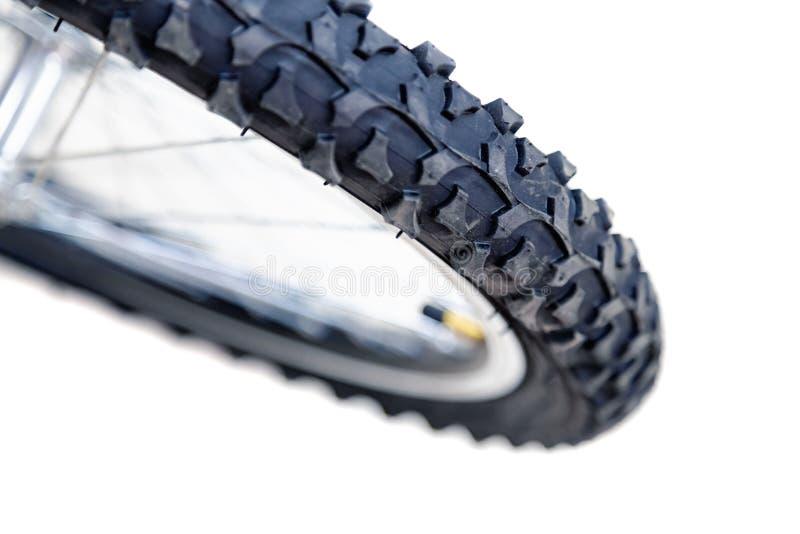 Frontowy koło bicykl Gumowy rowerowy opony zakończenie jechać na rowerze target1669_0_ cyklisty głębii pola ostrości lasu ręk hal obrazy stock