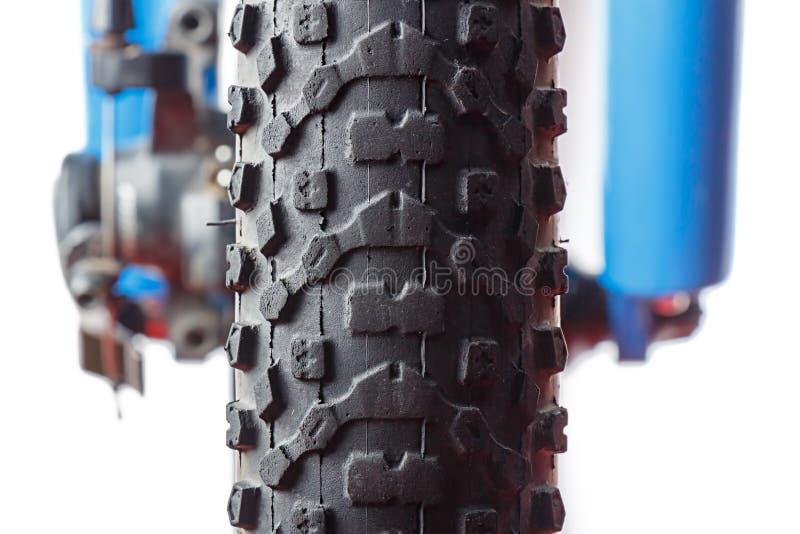Frontowy roweru górskiego koła zakończenie na białym tle obrazy stock