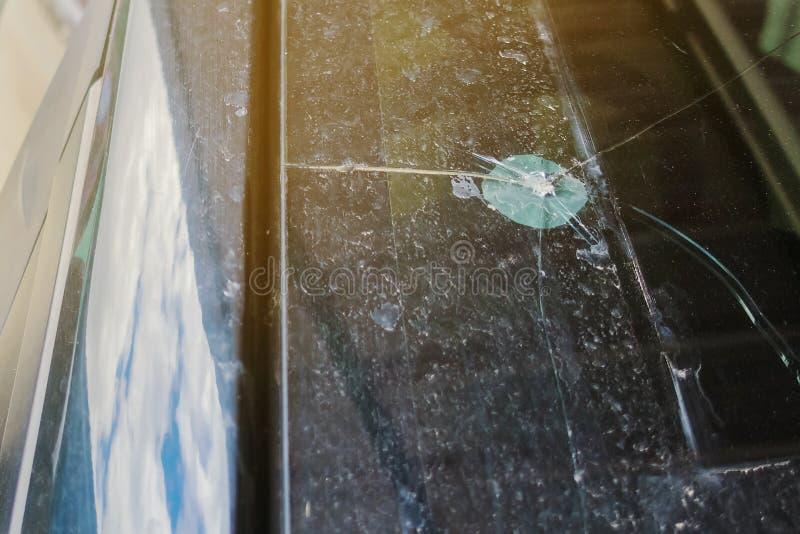 Frontowy widok łamany przedniej szyby szkło samochód, zdjęcie stock