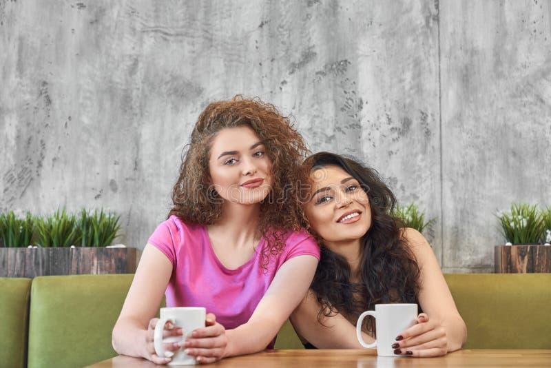 Frontowy widok żeńscy przyjaciele ma śniadanie w kawiarni obraz stock