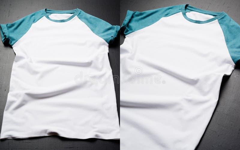 Frontowy widok Amerykańskich modnisiów retro klasyk odziewa Czysty rocznik składająca koszulka kłama na czarnym drewnianym stole zdjęcie royalty free