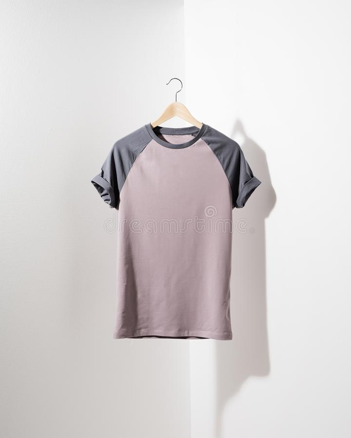 Frontowy widok Amerykańskich modnisiów retro klasyk odziewa Czysty rocznik składająca koszulka kłama na czarnym drewnianym stole obrazy royalty free