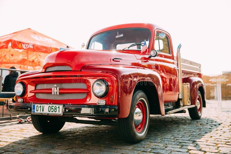 Frontowy widok Czerwona Międzynarodowa żniwiarz serii ciężarówka Parkująca obraz royalty free