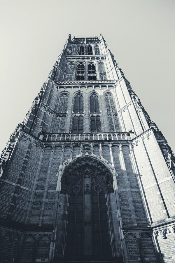 Frontowy widok duży kościół z wierza i zegar w górę czarny i biały obrazy royalty free