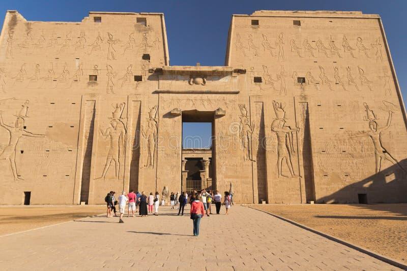 Frontowy widok Edfu świątynia (Egipt) zdjęcie stock