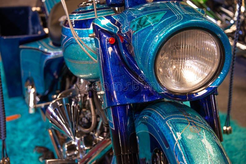 Frontowy widok kruszcowy błękitny motocykl z srebro błyskami i chromujący fotografia stock