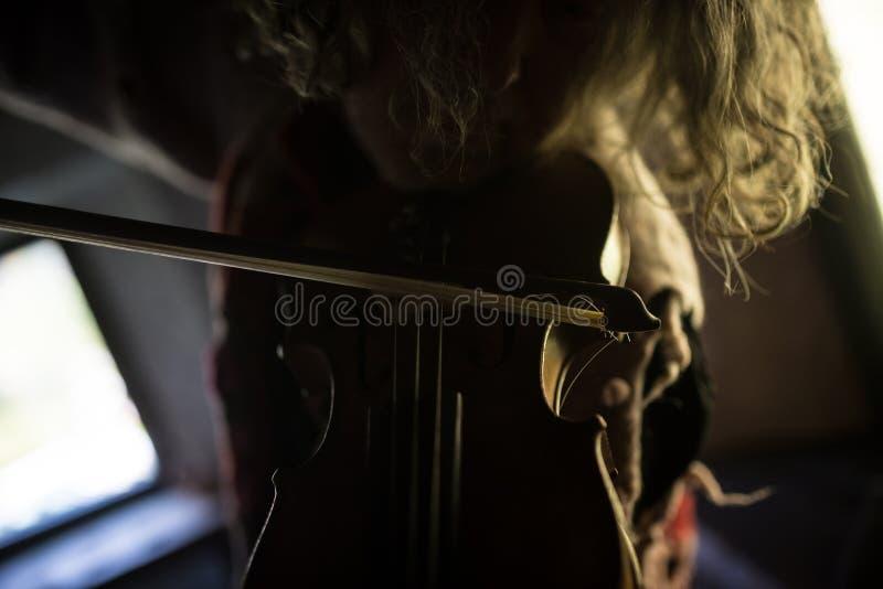 Frontowy widok męski muzyk z długie włosy bawić się klasycznego v obraz royalty free