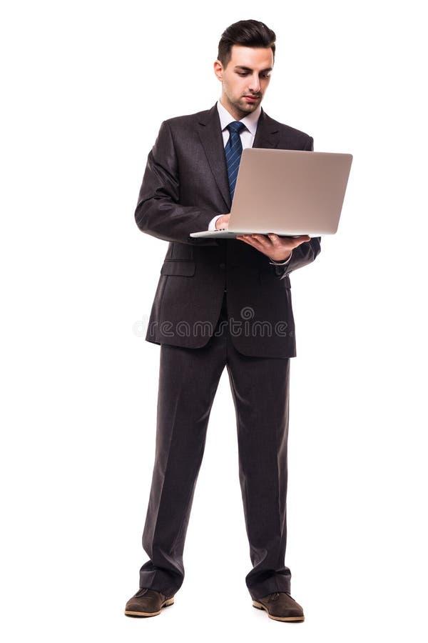 Frontowy widok młody brodaty korporacyjny mężczyzna pracuje na laptopie Pełny ciało długości portret odizolowywający nad białym p zdjęcie stock