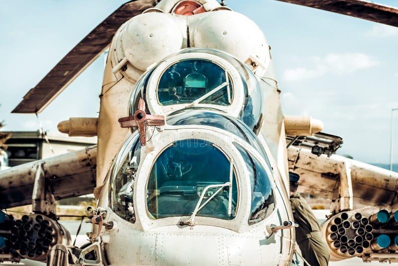 Frontowy widok militarny śmigłowiec szturmowy fotografia royalty free
