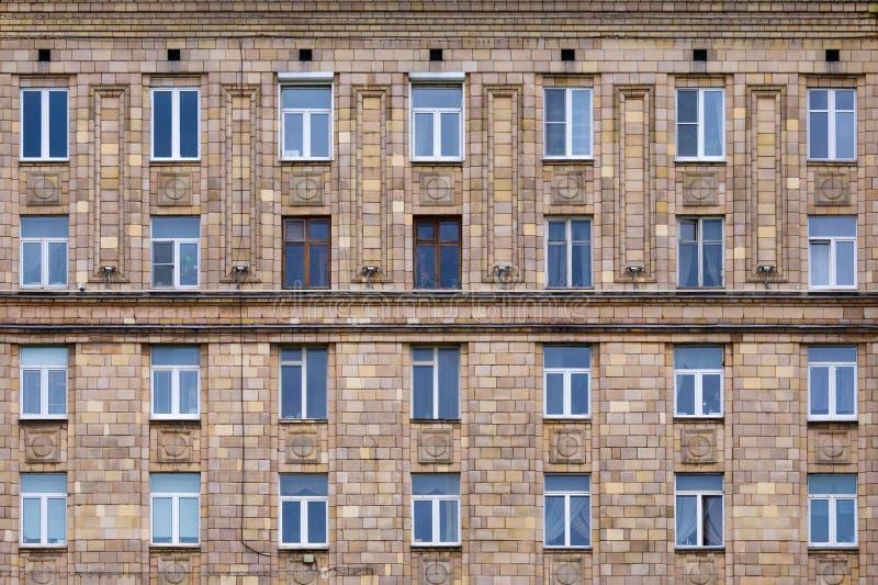 Frontowy widok na czerepie fasada ceglany dom zdjęcia stock