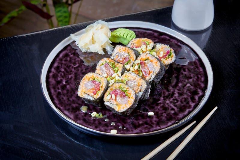 Frontowy widok na korzennej rolce z tuńczyka orsalmon Suchi pole ?ywno?ci, makrel surowego japo?ski styl trzy Owoce morza Zdrowy, obraz royalty free