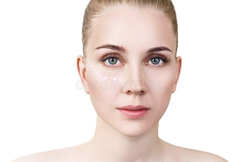 Frontowy widok na zmysłowej kobiecie z śmietanek kropkami na twarzy zdjęcia royalty free